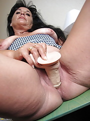 Amateur mature toys her vagina and stretches pussy wide open