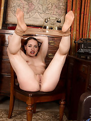Beautiful milf peels off her pantyhose to pleasure her throbbing pussy
