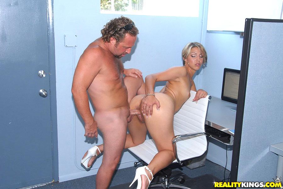 Порно Зрелая Блондинка Устраивается На Работу Официанткой