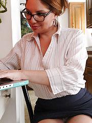 Busty secretary Kiki Daire fingers her old pussy at her desk