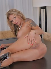 Busty tattooed cougar Armina fingering her twat
