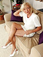 Elegant Kamilla shows off her hot body