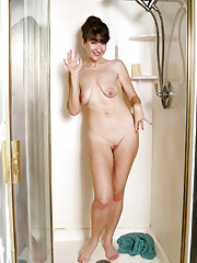 Granny wife Ivana Slew washes her mature tiny pussy taking a shower