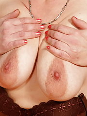 Horny mama loves to show off her cooch