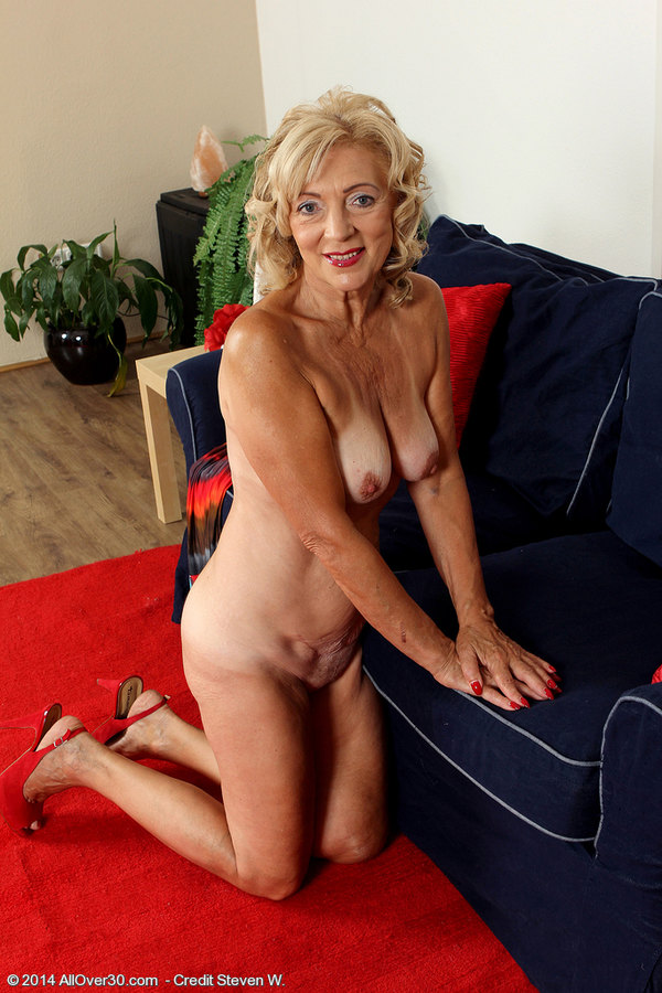 All Over 30 Housewife Kamilla Putting On A Very Sexy -9977