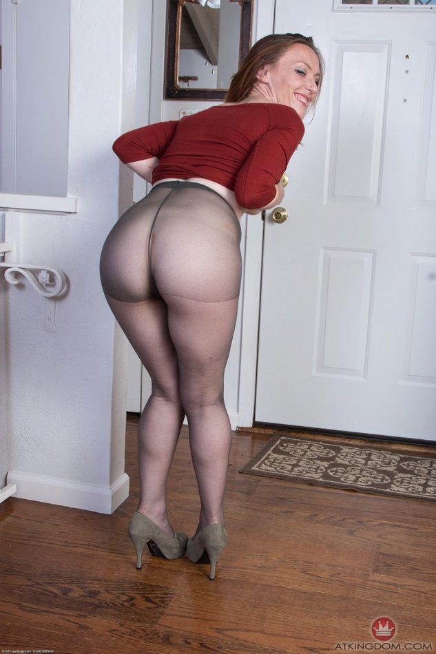 Housewife pantyhose down thighs