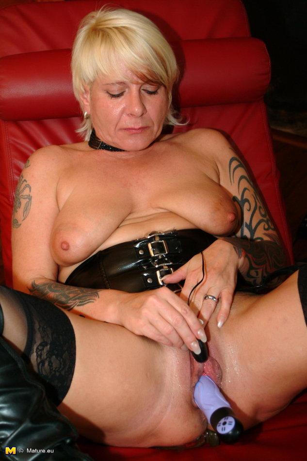 Mature Nl Kinky Granny In Black Boots Masturbates With -8547
