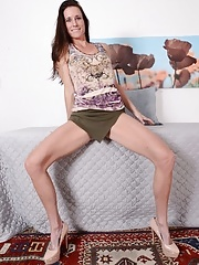 Mature MILF with long legs demonstrates her naked shape in upskirt