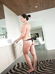 Mature pornstar Kendra Lust take a hot bath and relax