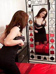 Miah Croft peels apart her shaved pussy lips in the mirror