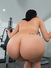 MILF Jaclyn Taylor in yoga pants delivers CFNM hardcore during gym workout