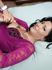 Milf pornstar Zoe Holloway give handjob to her driver