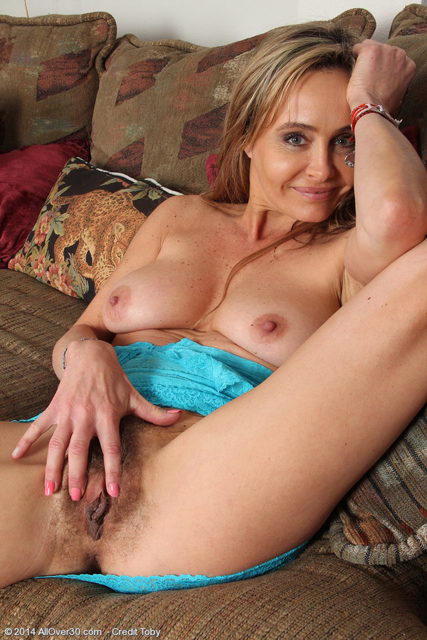 Amateur mature mom and her delicious body