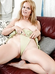 Old mature stretches pussy and inserting her fingers into with her cunt