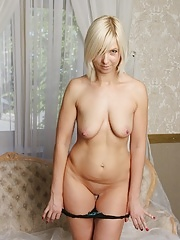Older amateur babe Emilia spreads her mature pussy