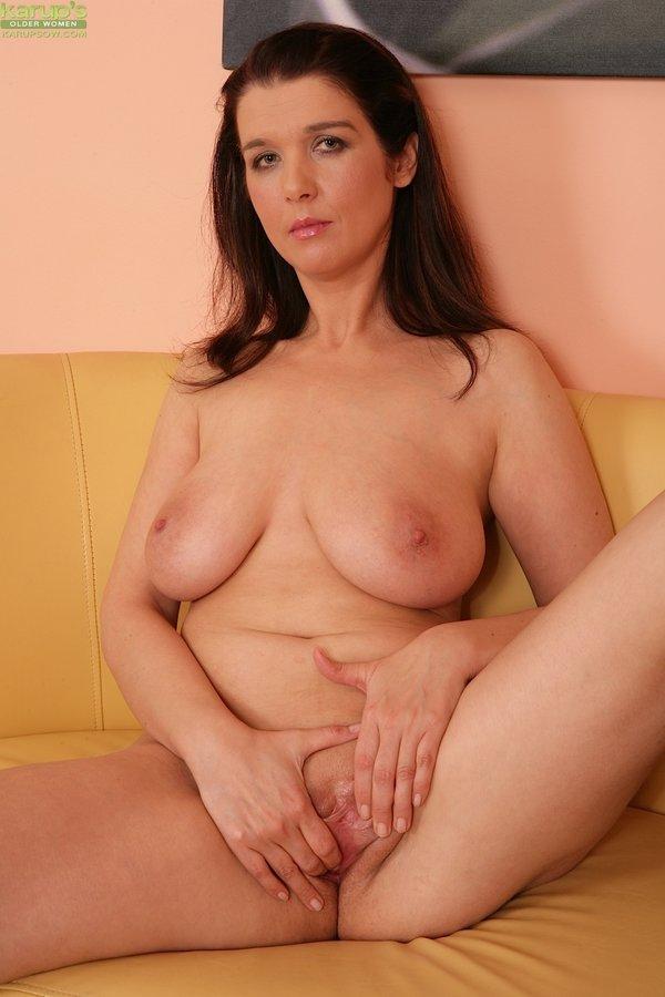 ... Older wife Fernanda Jones masturbates her older pussy ...