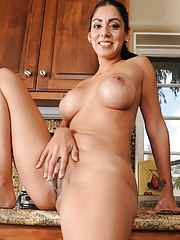 Sexy and exotic Bianca Mendoza sprays down her box