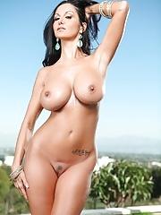 Sexy Bikini MILF Ava Addams strips outdoor