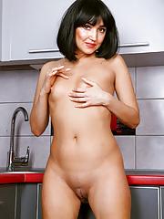 Short haired skinny older Milf Sakyra reveals her shaved muff