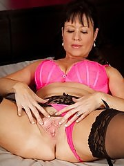 Stunning cougar Elise Summers dildos her older pussy