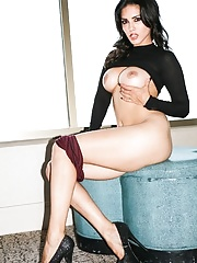 Sunny Leone showing off her nice round tits