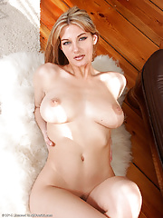 Super sexy MILF shakes her huge boobs while posing nude