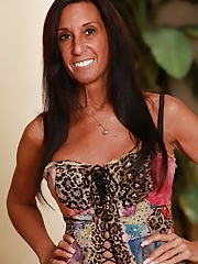 Tanned cougar Susie strips down