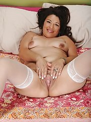 Thick older babe Rosi dildos her mature pussy