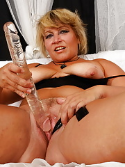 This lonely housewife loves getting herself off
