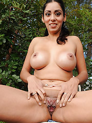 Tight bodied Bianca Mendoza in the yard spreading